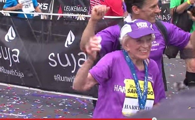 Sus 92 años de edad no le impiden terminar una maratón